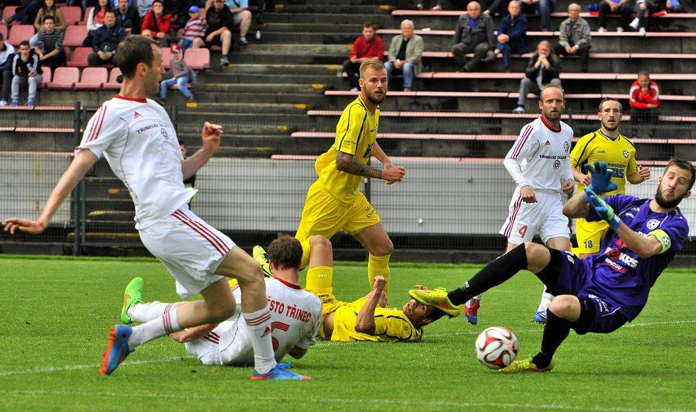 VARNSDORF (ve žlutém) potvrdil roli favorita a v Třinci vyhrál 4:1.