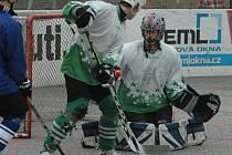 V POHODĚ. Hokejbalisté Bazzy Děčín (v bílém) porazili 3:0 Bílinu.