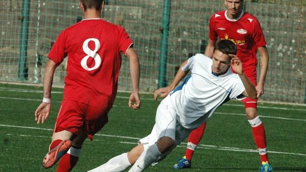 2:2. Fotbalisté Děčína (červené dresy) doma prohráli na penalty s V. Březnem.