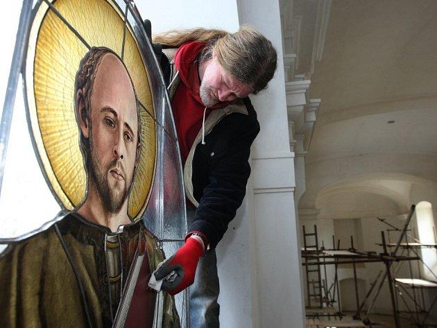 Dělníci provedli instalace prvních vitrážových oken.
