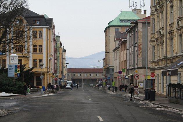 PROKOPA HOLÉHO. Ulice vsamotném centru je ivpravé poledne téměř prázdná.