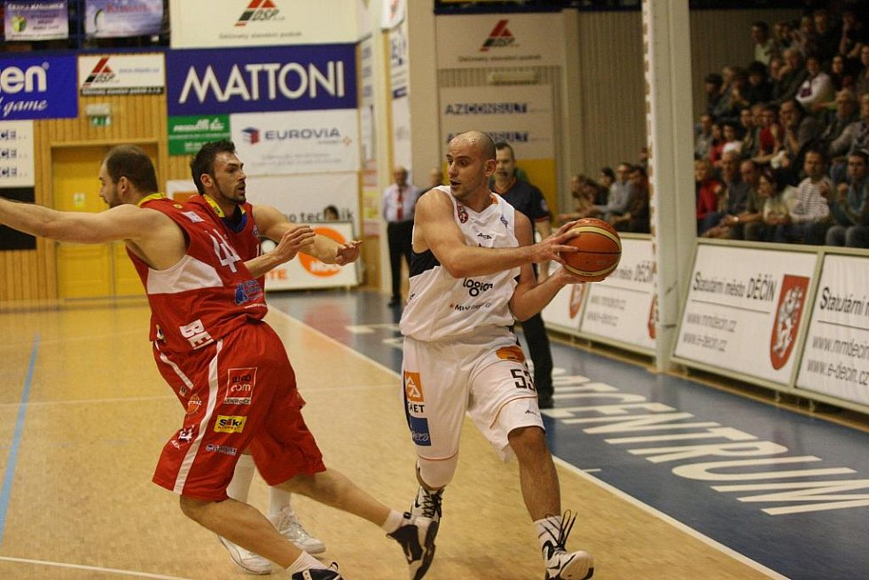 Hráči BK Děčín (v bílém) porazili 82:76 basketbalisty Pardubic.