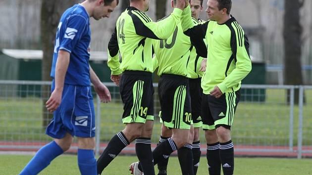 ŠKODA. Fotbalisté Vilémova (v modrém) prohráli 2:3 v Lovosicích.