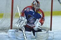 VÝBORNÝ VÝKON BRANKÁŘE Lukáše Lavingera byl klíčem k úspěchu děčínských hokejistů na pelhřimovském ledě.
