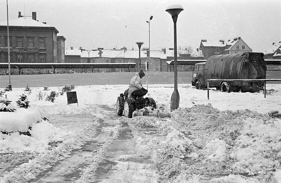 Nejvíce snímků se logicky dochovalo ze sněhové kalamity z počátku roku 1979, která postihla nejen Děčín, ale většinu tehdejšího Československa. Na této fotografii je odklízení sněhu před tehdejším hotelem Grand