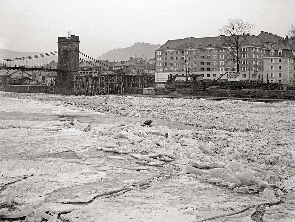 V minulosti poměrně běžná situace i v Děčíně. Ledové pole na Labi při stavbě nového mostu v zimě 1932-33