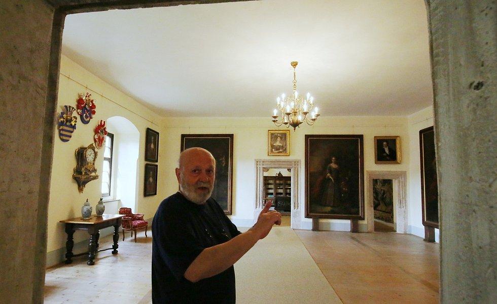 Interiéry horního zámku v Benešově nad Ploučnicí představil Kastelán Zdeněk Henig.