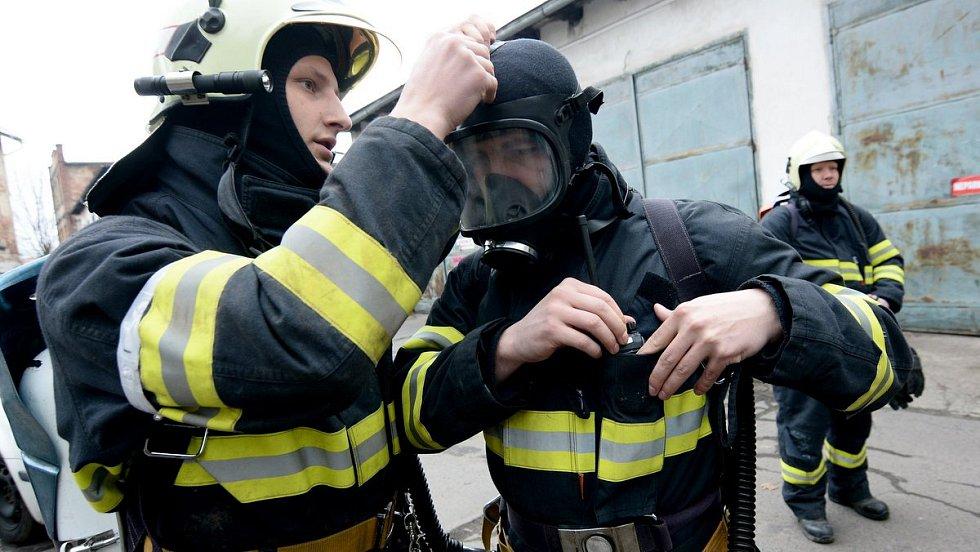 Pravidelné cvičení trávili varnsdorfští dobrovolní hasiči ve výcvikové továrně v centru města.