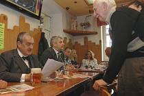 Na pivo s Karlem dorazilo v neděli odpoledne do děčínské restaurace Na Kocandě několik desítek lidí.