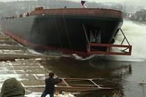 Ilustrační foto - spouštění nové lodi na Labe ve Valtířově