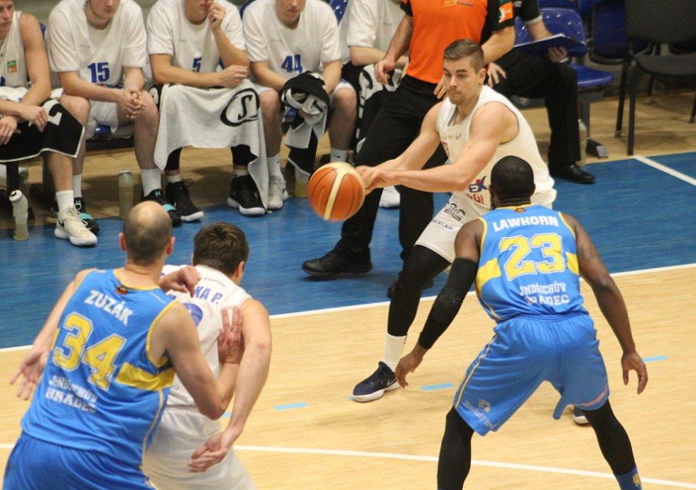 BYL TO BOJ. Děčínští basketbalisté přivítali Jindřichův Hradec.