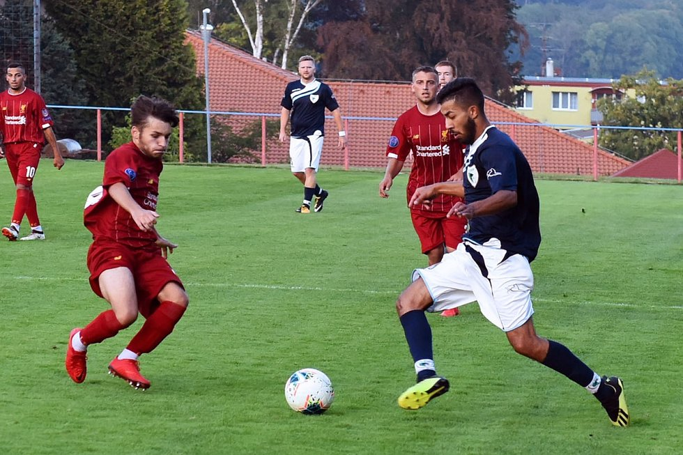 Fotbalisté Vilémova (modré dresy) vyhráli ve Šluknově 5:2.