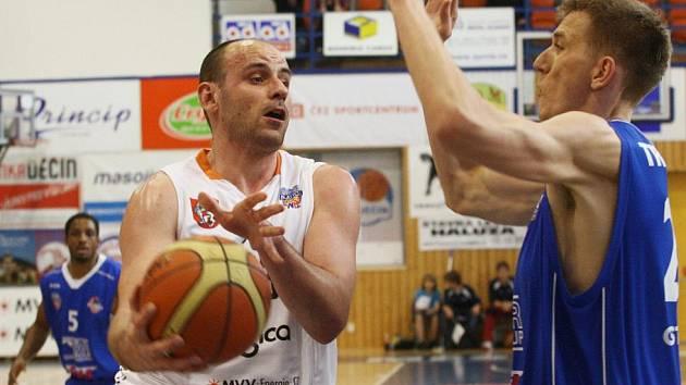 Basketbalisté BK Děčín (v bílém).