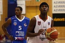 SKVĚLE. Basketbalisté BK Děčín (v bílém) porazili Ostravu 96:69.