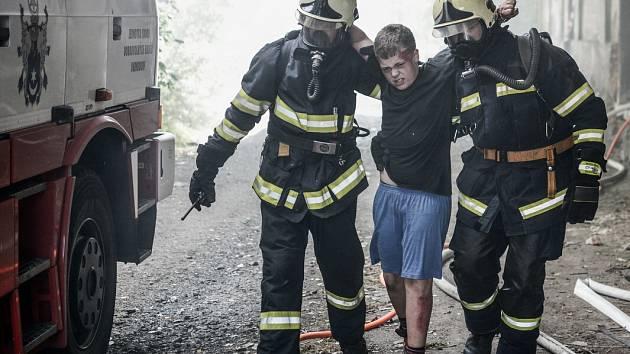 Společný výcvik hasičů u nádraží. Téma: Výbuch s následným požárem.