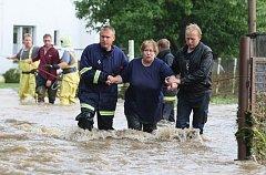 Lidé v Markvarticích museli být evakuováni, hrozilo, že se v Huníkově protrhne hráz rybníka a voda zalije jejich domy.