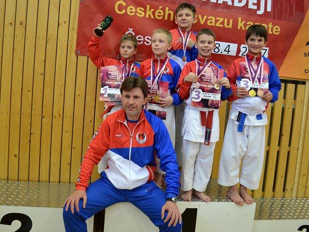 MILAN VESELÝ a jeho mladé naděje, které si z České Lípy přivezly šest medailí.