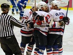 TŘÍBODOVÁ RADOST. Děčínští hokejisté se radují po jedné ze čtyř branek do sítě Vrchlabí. Hlavním tahounem byl kapitán Michal Oliverius (vpravo), který dva góly dal a na jeden přihrál.