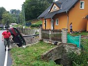 Auto v Ludvíkovicích skončilo v potoce.