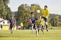 FOTBALISTÉ CHŘIBSKÉ (ve žlutém) si v Lipové vyskočili na rezervu Šluknova a vyhráli 2:0.