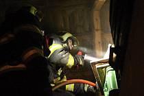Strážníci si všimli hořícího komínu. Soused zalarmoval obyvatelku, která nebyla doma.