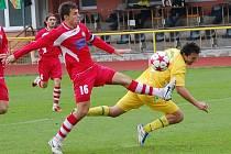 VRACEJÍ SE S BODEM. FK Varnsdorf (v červeném) remizoval 0:0 v Sokolově.