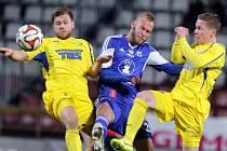 VARNSDORF přes porážku 1:2 v Olomouci ostudu neudělal. Na snímku bojuje o míč zleva Radim Breite, Jakub Petr a Pavlo Rudnytskyy.