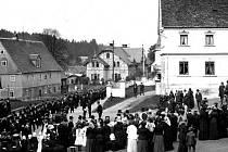 Brtníky na historické fotografii.