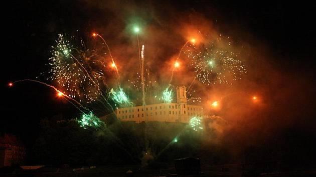 Městské slavnosti 2011 zahájil průvod a ohňostroj.
