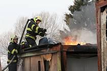 Dvě hasičské jednotky vyjely k požáru v Děčíně – Boleticích nad Labem.