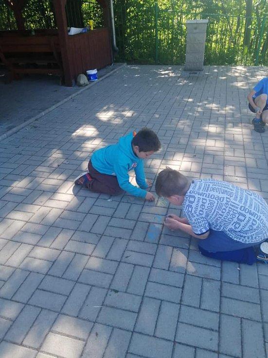 Žáci druhé třídy se učili matematiku venku