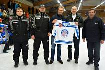 LEGENDA A PATRON celého turnaje, bývalý vynikající hokejista Nicklas Lidström (uprostřed) ve společnosti trenérů Martina Pošusty (první zleva) a Tomáše Kouřila (druhý zleva) a vedoucího týmu Václava Šolce (první zprava).