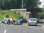 Nehoda motorkáře si vyžádala lehké zranění.
