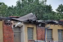 Silný vítr v pátek trhal ve Varnsdorfu střechy a lámal stromy.