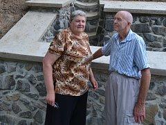Manželé Věra a František Kosovi z Heřmanova už mohou spát klidněji.  Svah nad jejich rodinným domkem zabezpečil nový drenážní systém s betonovými žlaby a kaskádovitým svodem vody do místního potoka.
