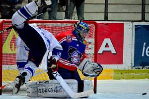 ŠKODA. Děčínští hokejisté (v modročervených dresech) prohráli v Kolíně 5:6.