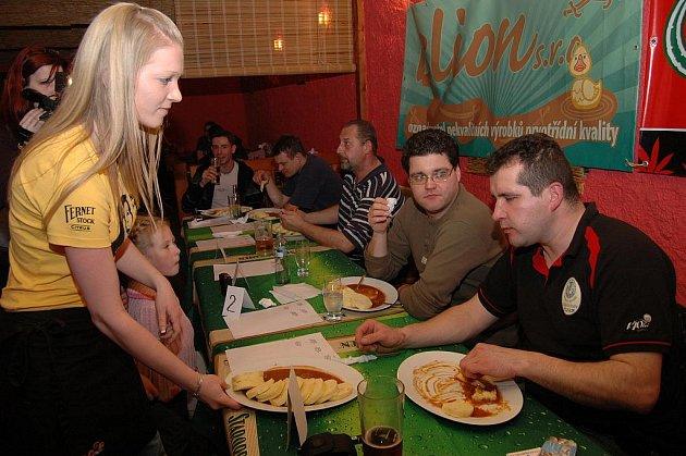 Soutěž v pojídání knedlíků s gulášem se ve Varnsdorfu konala už podesáté.