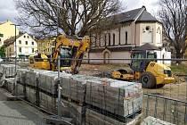 Dělníci se vrátili na stavbu Podmoklech.