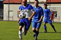 ŠLUKNOV (v modrém) porazil Hrobce, přesto sestoupil do I. B třídy.
