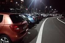 Jedním z problémů, které obyvatele Děčína trápí nejvíce je nedostatek parkovacích míst. Ilustrační foto - parkování v Březinách v Děčíně.