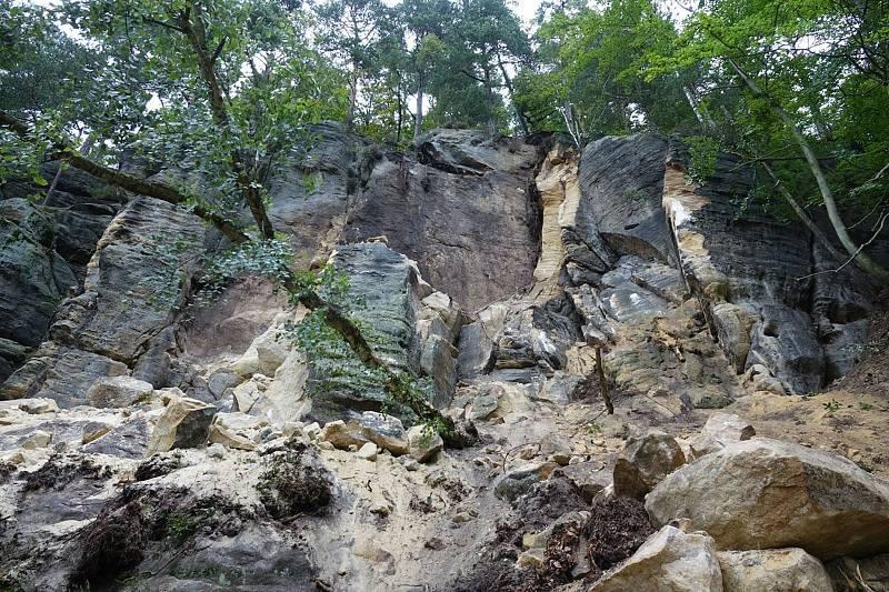 V národním parku se zřítila skalní stěna.