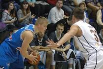 PARÁDA! Děčínští basketbalisté (v bílém) porazili v posledním letošním utkání pražský USK.
