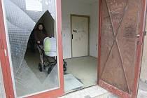 Rozbité vstupní dveře, zdemolované schránky a zvonky, počmárané stěny a výtah – tak vypadá věžák v děčínských Boleticích v ulici Čsl. Partyzánů 355.