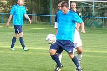 TĚSNOU PORÁŽKU si přivezla Modrá z Modlan. Tu neodvrátil ani ofenzivní záložník Tomáš Fichtner, vlevo přihlíží Ondřej Cimpl.