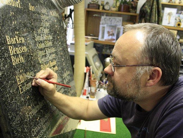 Restaurátor Martin Brýda oživuje písmo na deskách památníků prusko-rakouské války, který původně stál u kostela svatého Václava a Blažeje.