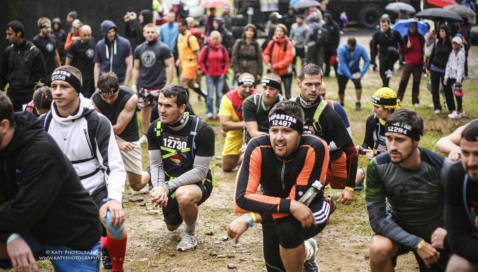 TŘI ODVÁŽLIVCI. Extrémní závod zvládli Mirek Tarnóczy, Kateřina Batelková a Pavel Kňourek.