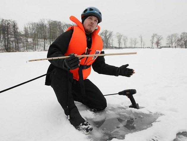 Policisté z poříčního oddělení Krajského ředitelství policie v Ústí nad Labem jako jediní v republice začali provádět měření síly ledu na rybnících a vodních nádržích, které lidé využívají k bruslení.