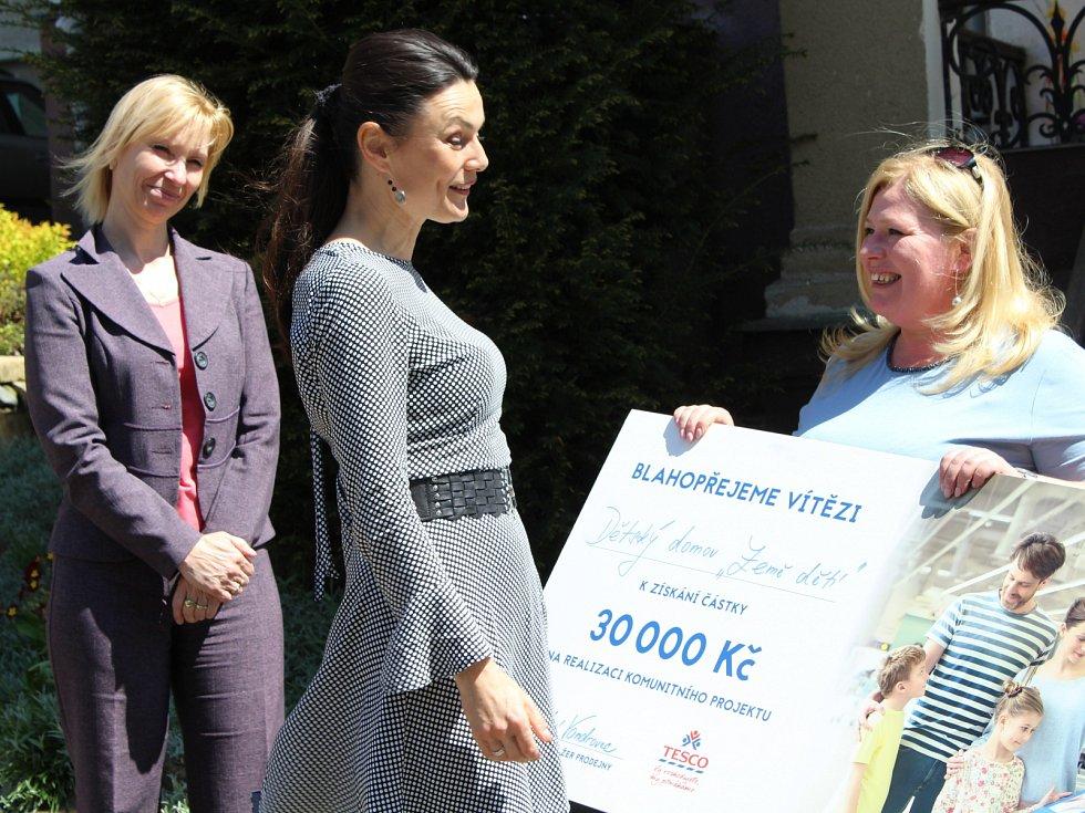 Šek v hodnotě 30 tisíc korun získal Dětský domov Země dětí v České Kamenici. Z darovaných peněz zaplatí pro děti ozdravné pobyty.