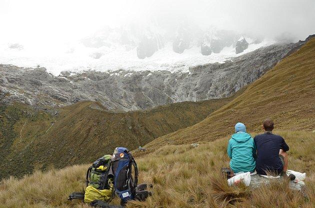 Vmracích zahalená hora Tawliqucha sjejími ledovci.