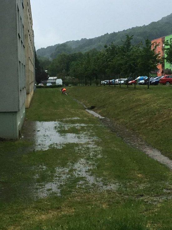 Pondělní přívalový déšť v Benešově nad Ploučnicí.
